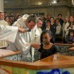 Baptême par immersion lors de la Vigile Pascale